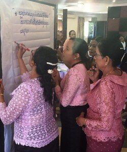 Female-Councillors-lively-discuss-and-exchange-during-the-group-work