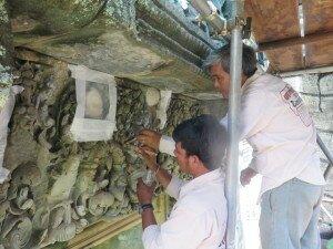 Application of de-salination poultice under supervision - Prasat Banteay Samre