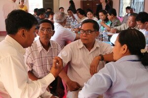 How can councils get closer to citizens? During the exchange visit, councilors from Aek Phnum and Chet Borei district share their best practices.