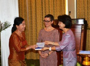 Cambodian Minister of Women's Affairs Dr. Ing Kantha Phavi and German First Secretary Birgit Strube deliver guidelines to one of the 137 Judicial Police Agent of the Ministry of Women's Affairs.