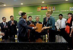Maraile Görgen, GIZ Land Rights Program II, and Mr. Mean Chanyada, Administration Director of Phnom Penh Capital Hall, are handing over to each other the signed MoU.